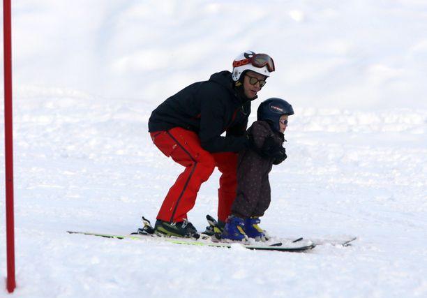 Estelle on ennen laskettelukoulua nähty rinteessä vanhempien kanssa useita kertoja. Helmikuussa 2014 2-vuotias prinsessa hurvitteli isänsä Danielin kanssa Italian Cerviniassa.