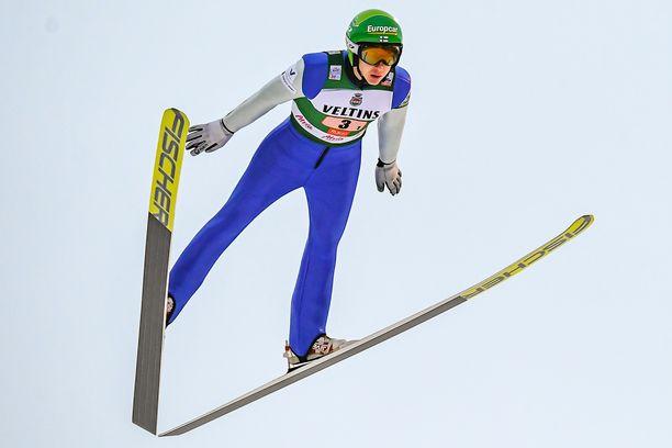 Ilkka Herola teki hienon nousun hiihto-osuudella.