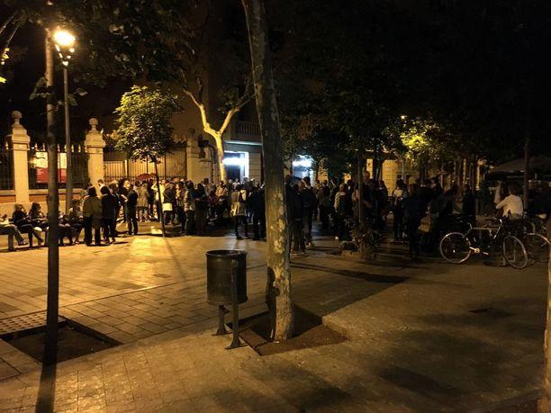 Barcelonan Eixamplen kaupunginosassa jonotettiin vaalihuoneiston edessä reilut kolme tuntia ennen sen aukeamista.