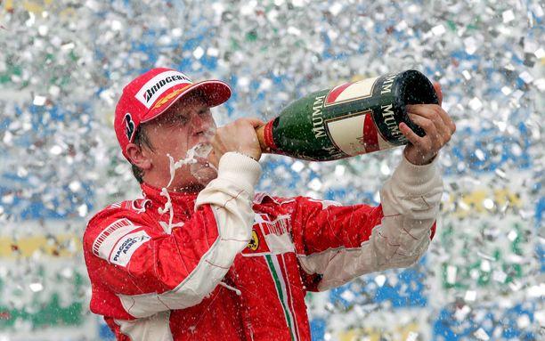 Kimi Räikkönen juhli Sao Paulossa Interlagosin radalla dramaattisesti ratkennutta maailmanmestaruuttaan syksyllä 2007.