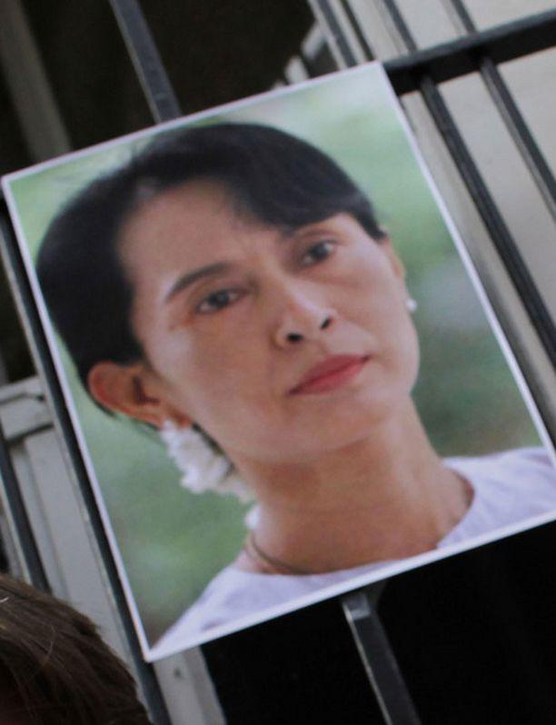 Suu Kyi tuomittiin kotiarestiin.