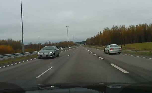 Kuljettaja päätti soveltaa liikennesääntöjä.
