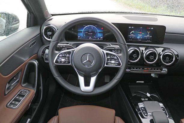 Tässä on A-Mercedeksen ns. perusmittaristo, jossa näyttöjen ruudut ovat hieman pienempiä kuin Wide Screen- versiossa.