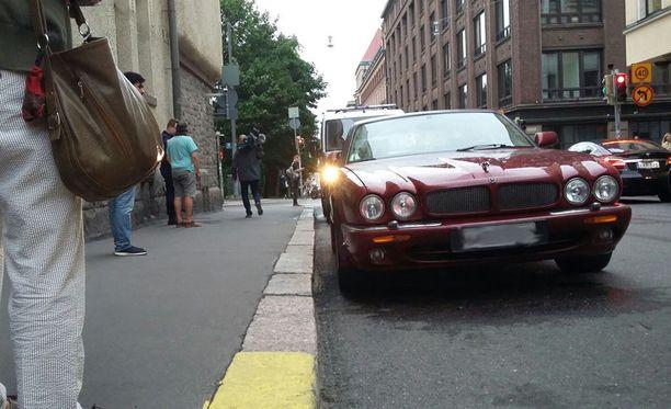 Mies ajoi 28. heinäkuuta ihmisten päälle punaisella Jaguarilla Helsingin keskustassa.