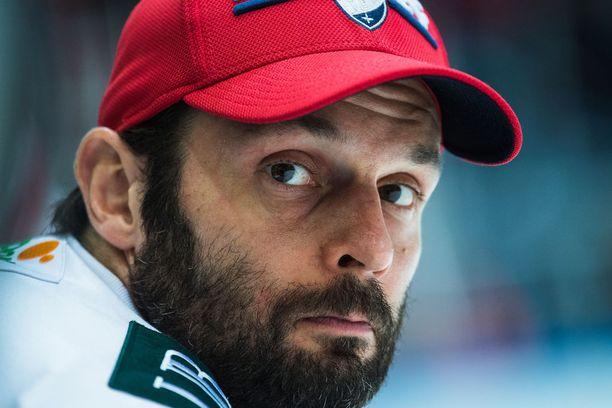 Niklas Bäckström on juuttunut HIFK:ssa kolmosvahdiksi, joka joutuu harjoittelemaan erossa joukkueesta.