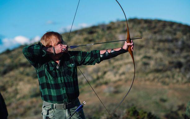 Hän päätti valita jousiammunnan aktiviteetiksi omassa päivässään, koska inspiroituu tarunomaisesta Sherwoodin metsien jousipyssymiehestä, Robin Hoodista.