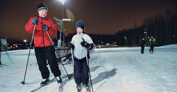 KIPINÄ Viikonloppuinen lumisade innoitti Pasi ja Joakim Juhavan ladulle.