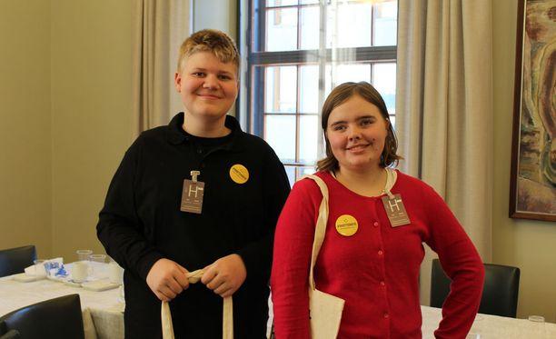 Työharjoittelijat Alex Kaurinkoski ja Iida Lindström tulevat toimimaan eduskuntaan saapuvien vierasryhmien oppaina.