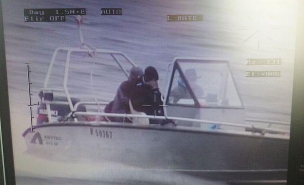 Poliisi julkaisin kuvan Haminan mökkimurron epäillyistä tekijöistä.