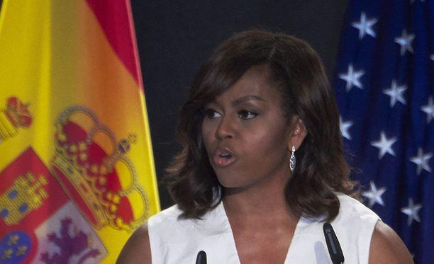 """Michelle Obamaa verrattiin """"apinaksi korkokengissä""""."""