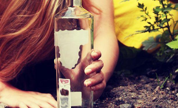 13-vuotias tyttö oli vaarassa kuolla alkoholin yliannostukseen Hyvinkäällä. Kuvituskuva.