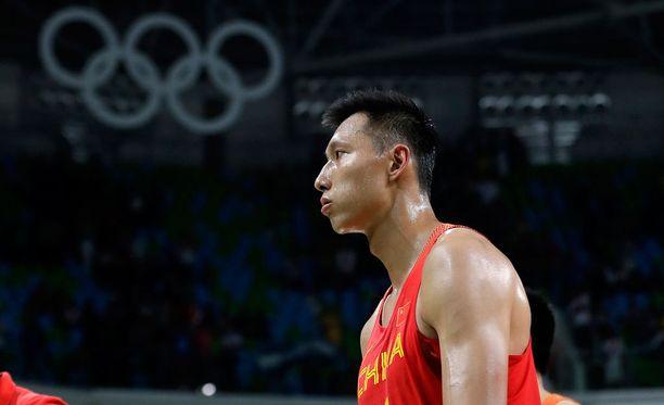 Yi Jianlian vakuutti Lakersin.