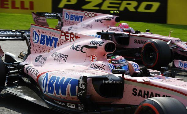 Sergio Perezillä (edessä) ja Esteban Oconilla lienee edessään pitkä palaveri.