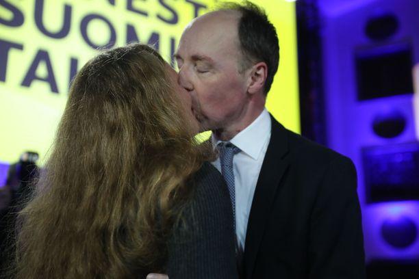 Jussi Halla-aho oli herkissä tunnelmissa vaimonsa Hillan kanssa puolueen vaalivalvojaisissa.