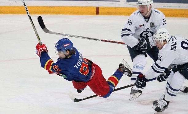 Eeli Tolvanen kampitettiin näyttävästi, mutta Dynamon Igor Ignatushkin ei saanut tilanteesta jäähyä.