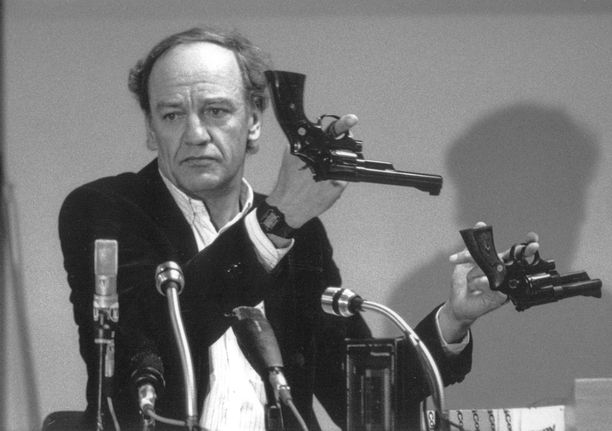 Jutun ensimmäinen tutkija Hans Holmer esitteli kahta Smith & Wesson 357 Magnum revolveria. Tällaisella aseella Palme ammuttiin.