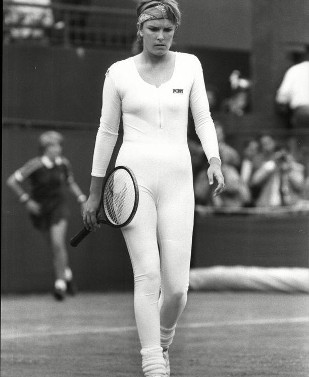 Tämä ihonmyötäinen Anne Whiten asu häiritsi vastustajaa ja Wimbledonin järjestäjiä niin paljon, että protesti meni läpi.