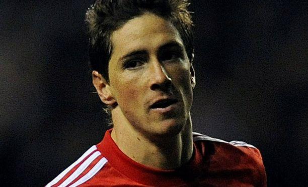 Fernando Torres seisoo Roy Hodgsonin takana.