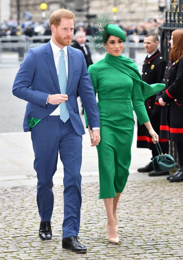 Harry ja Meghan edustivat kameroiden edessä hymyileväisinä kirkon edustalla.