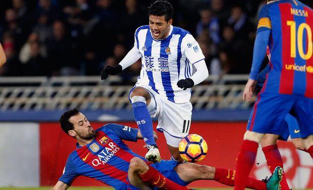 Sociedadin Carlos Vela kurmuutti Barcelonaa läpi ottelun ja teki maalinkin, mutta se hylättiin virheellisesti paitsiona.