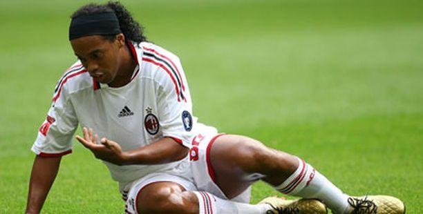 MITEN TÄSSÄ NÄIN KÄVI? Ronaldinho tipahti maailman parhaan pelaajan jalustalta ja kovaa.