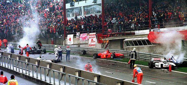 Kaikkiaan 13 autoa oli mukana kaikkien aikojen suurimmassa F1-joukkokolarissa.