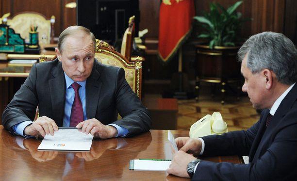 Venäjän presidentti Vladimir Putin ja puolustusministeri Sergei Shoigu.
