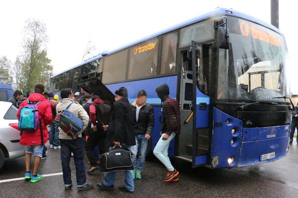 Suomeen tuli syksyllä 2015 Ruotsin kautta pakolaisvyöry, jonka siivellä ruotsalaisnainen tekeytyi yhdeksi turvapaikanhakijoista. Kuvan henkilöt eivät liity tapaukseen.