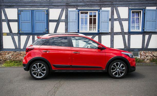 Takapilari on väriltään aina musta. Lisähinnasta myös katon voi valita tummana. Kuvien auto on Active Cross -malli Tomato Red -värillä.