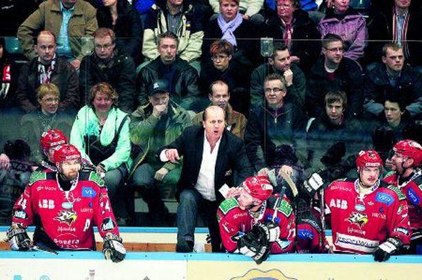 KAIKKI PELIIN! Valmentaja Juhani Tamminen piiskaa miehistönsä viimeiseen taistoon.