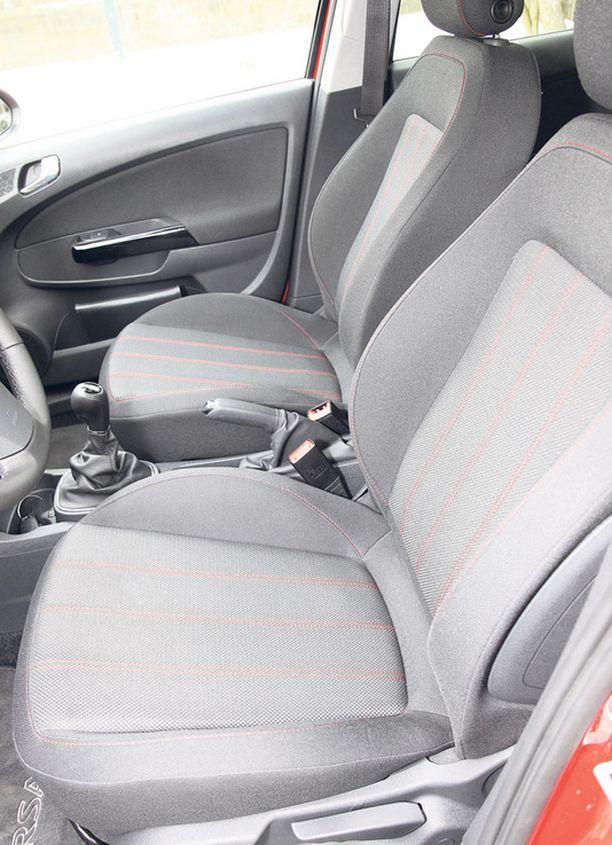 MUKAVUUTTA Istuimet ovat auton koko huomioiden hyvät.