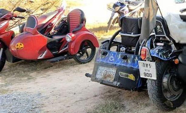 Mies oli ilmeisesti ajanut sivuvaunullista moottoripyörää.