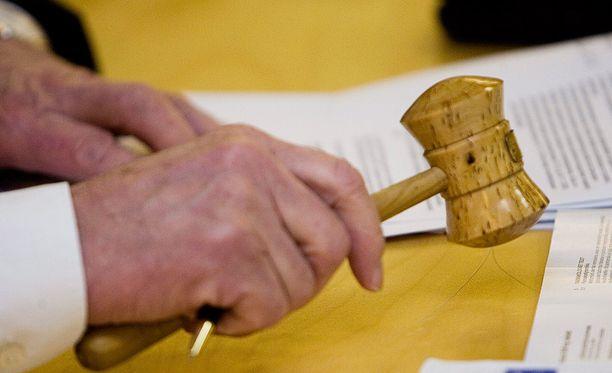 Viranomaisprosessit valituksineen saattavat kestää vuosikausia. Esimerkiksi somalialaismiehen oleskeluluvan peruuttamiseen johtanut päätös tehtiin tämän vuoden tammikuussa, kun Suomeen mies saapui 2009. Pohjois-Karjalan käräjäoikeus käsitteli henkilöä vastaan nostettua syytettä syksyllä 2011.