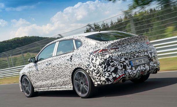 Tuplapakoputket paljastavat menohalut. Coupe-mallisen i30 Fastbackin käytettävyyttä parantaa takalasin ylälaidasta asti aukeava takaluukku.