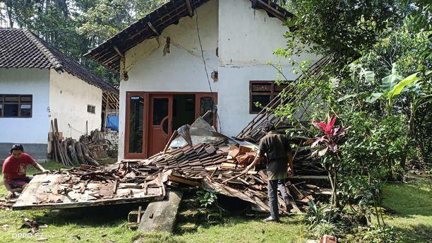 Kuuden magnitudin maanjäristys vaurioitti satoja rakennuksia Jaavalla.