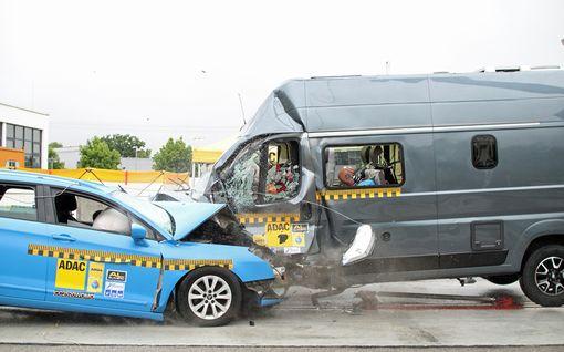 Autoliiton kolaritestin tulos järkytti: istuin irtosi, turvatyyny ei suojannutkaan
