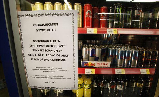 Lapsiasiavaltuutettu Tuomas Kurttila paheksuu energiajuomien markkinointia ja myyntiä lapsille sekä nuorille. Tällä hetkellä virallista ikärajaa niiden ostamiselle ei ole.
