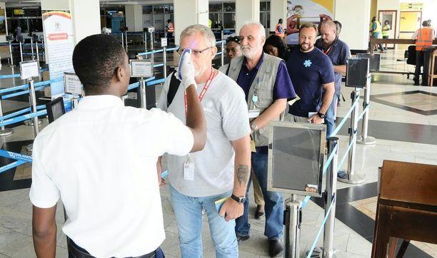 Ugandan Entebben kansainvälisellä lentokentällä tutkitaan matkustajat ebolan varalta, erityisesti Kongon demokraattisesta tasavallasta saapuneet.