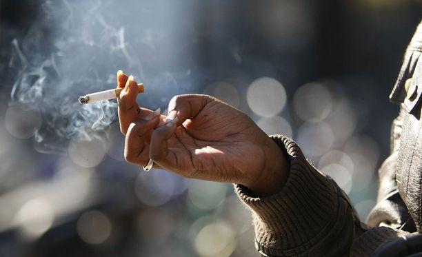 Työryhmä esittää, että tupakkaa ei saisi jatkossa polttaa muun muassa paikoissa, joissa on alaikäisiä, kuten leikkipuistoissa ja uimarannoilla.