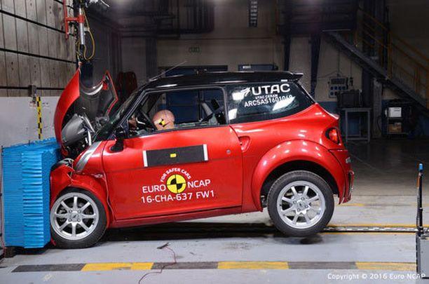 Mopoauto näyttää oikealta autolta, mutta turvarakenteet ovat kevyitä. Kuvassa Chatenet CH30.