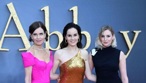 Downton Abbeyssa äitiä ja tyttäriä esittävät Elizabeth McGovern (vas.), Michelle Dockery (kesk.) ja Laura Carmichael poseerasivat kameroille elokuvan ensi-illassa Lontoossa 9.9.2019.