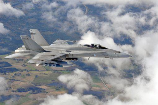 Limnéllin mukaan Suomenkin tulisi harkita kyberhyökkäyksiin vastaamista sotilasvoimin. Iso-Britannian pääministeri kertoi viime viikolla, että maalla on poliittinen valmius vastata kyberhyökkäyksiin ilmaiskuin. Kuvassa Ilmavoimien aseistettu Hornet-hävittäjä.
