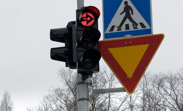 Oikeuden mukaan Majuri ajoi risteysalueelle Helsingissä kolmion takaa. Kuvituskuva.