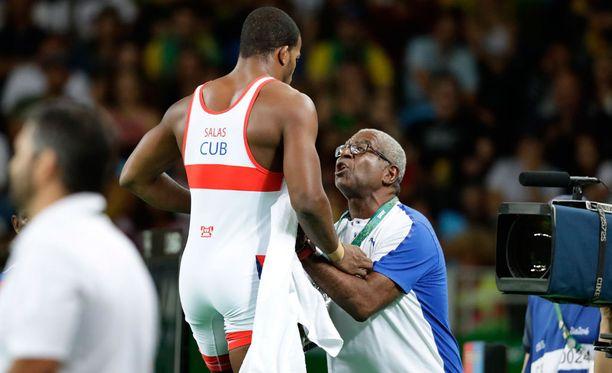 Kuubalaisen valmentaja yritti vielä saada suojattinsa matolle viimeisten sekuntien ajaksi.