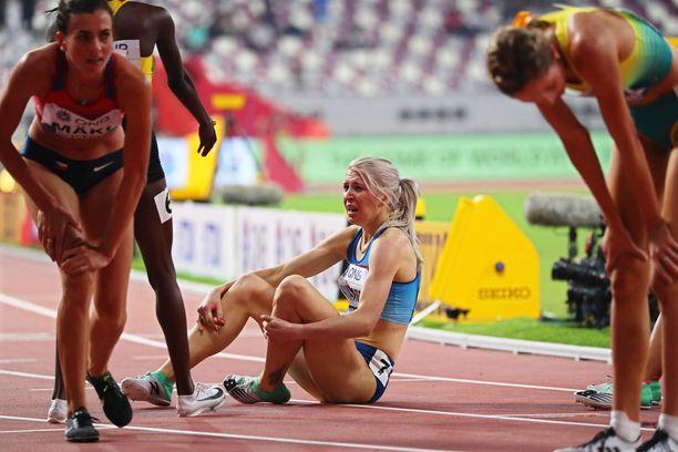 Sara Kuivisto istahti mondolle 1 500 metrin alkuerän jälkeen.