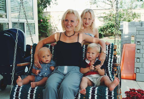 Sirpa Selänne Yhdysvalloissa vuonna 1998. Kuvassa lapset Eetu ja Eemil sekä Sirpan sisaren tytär Tiia.