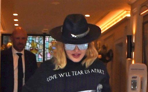 Mikä Madonnan kunto oikein on? – käyttää kainalosauvaa