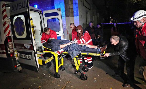 Iskussa haavoittunutta nostetaan ambulanssiin.