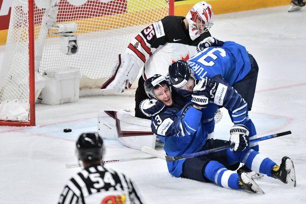 Tässä vaiheessa kaikki näytti MM-finaalissa vielä hyvältä. Suomen 1–0-johtoon ampunut Mikael Ruohomaa (13) saa onnittelut Teemu Turuselta.