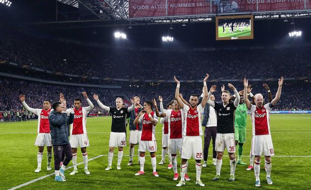 Ajaxin kauden viimeinen kotona pelattu euro-ottelu päättyi kannattajien ja pelaajien juhliin.